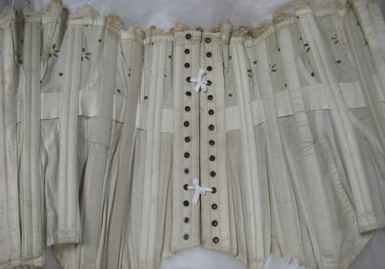 1905 Tropical lawn corset. Photo by Morúa. Used with permission of Leicestershire County Council Museum Services, Symington Collection